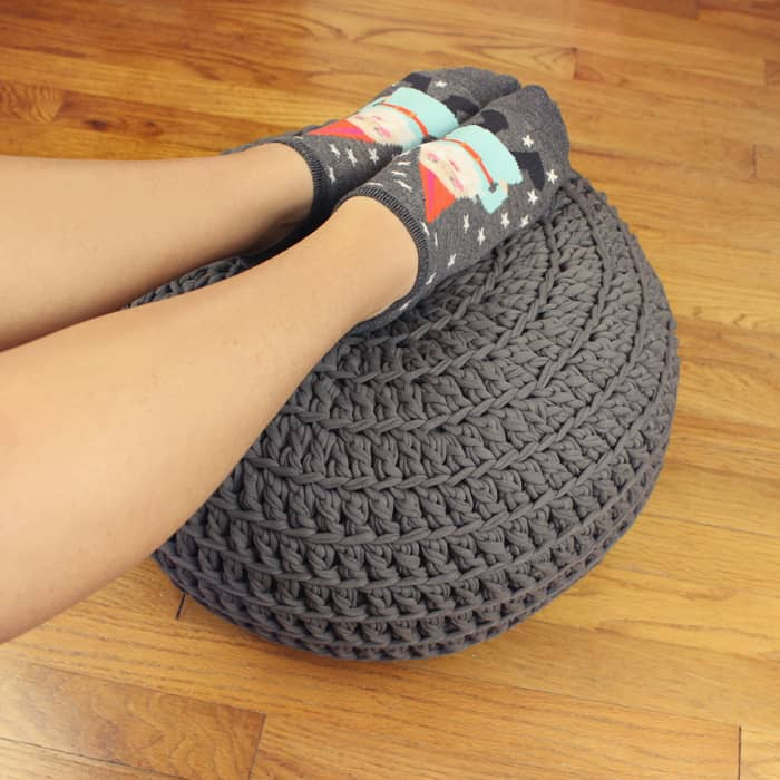 how to crochet a floor pouf with t-shirt yarn